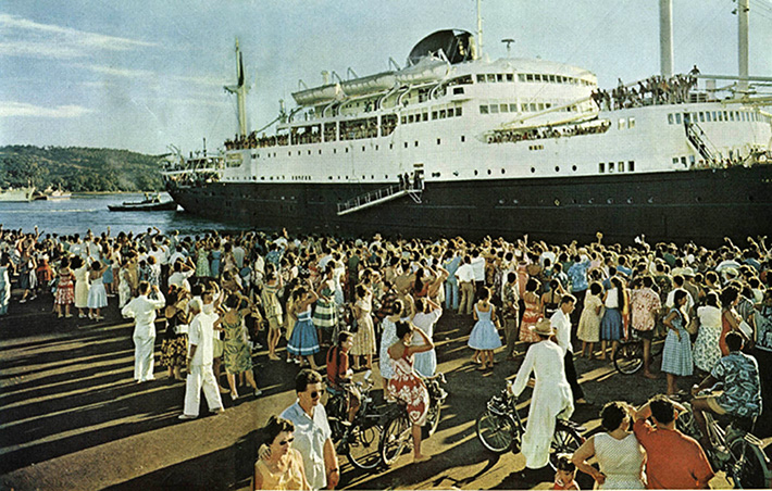 Tahitien leaving Papeete
